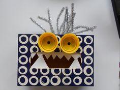 Monstruos con cajas de pañuelos faciales, tapas plásticas y limpia pipas.  //  Make a monster using a tissue box, plastic lids and pipe cleaners.  L.P.J.V.