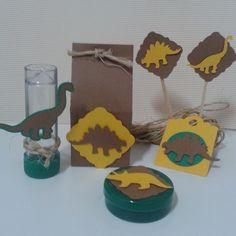 O tema dinossauro é sempre atual e está no imaginário das crianças. <br>Kit festa com o tema Dinossauro é composto pelos itens abaixo. Desenvolvemos outros itens e caixinhas/sacolas surpresa para lembrancinhas. <br> <br>Nesse kit da foto inclui: <br>20 toppers para docinhos <br>10 mini tubetes vazios <br>15 latinhas vazias <br>10 tags para você colar nos itens que desejar <br>12 caixinhas milk