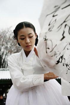 Hwang Jin Yi (황진이) Ha Ji Won stars as the legendary poet, musician, dancer, and gisaeng from the Joseon Era in the LotusPoemDance Korean Traditional Dress, Traditional Dresses, Korean Dress, Korean Outfits, Korean Women, Korean Girl, Korean People, Modern Hanbok, Ha Ji Won