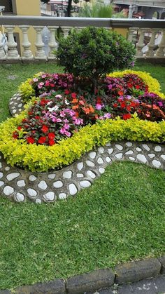 Easy Diy Garden Projects You'll Love Front Yard Garden Design, Small Garden Design, Plant Design, Front Yard Landscaping, Backyard Landscaping, Landscaping Ideas, Backyard Ideas, Concrete Backyard, River Rock Landscaping
