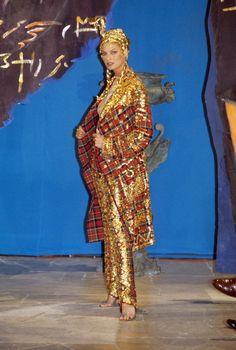 John Galliano Fall 1997 Ready-to-Wear Fashion Show - Linda Evangelista John Galliano, Galliano Dior, Dior Fashion, Runway Fashion, Fashion Show, Vintage Fashion 1950s, Victorian Fashion, Vintage Dior, Vintage Hats