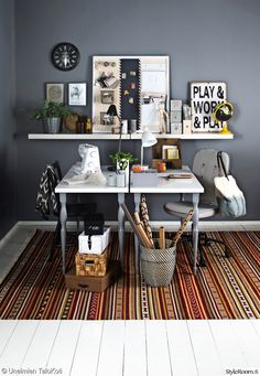 Työhuoneen harmaa seinä on graafisen tyylikäs. | Unelmien Talo&Koti Kuva: Juha Juntto Toimittaja: Hanna Sandström Home Office, Office Desk, Dream Rooms, Corner Desk, Interior Decorating, Rugs, Projects, Furniture, Home Decor