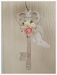 Chic Christmas Shabby Chic Skeleton Key for Birthday Decoration and Mother's Day Ornament Shabby Chic Porch, Shabby Chic Decor Living Room, Shabby Chic Crafts, Shabby Chic Christmas, Shabby Chic Bedrooms, Shabby Chic Homes, Shabby Chic Furniture, Skeleton Key Crafts, Manualidades Shabby Chic