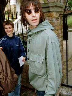 Liamie's leaving his London home, August 1999 📸 © Mirrorpix Liam Gallagher Oasis, Noel Gallagher, Oasis Music, Liam And Noel, Oasis Band, Beady Eye, Music X, Football Casuals, Britpop