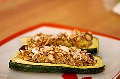 Zucchini gefüllt mit Quinoa und Walnuss-Ziegenkäse-Topping