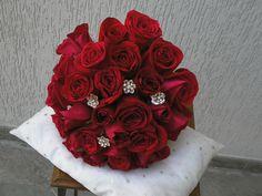 Bouquet en rosas rojas adornado con espectacular pedreria.
