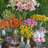 Usamos um mix de flores e cores para compor essa produção e o resultado ficou lindo, cheio de leveza e alegria. #decoracaoblogrecebercomestilo #decoracaocolorida #decoracaotropical #15anos #aniversario #decoracao #decoração #decoracao15anos #flores #decoracaocomflores