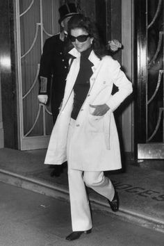 Nadire Atas on Jacqueline Kennedy Onassis In the Trenches: Celebrity Trench Coats Through the Years - Jackie Kennedy Onassis, 1970 Jacqueline Kennedy Onassis, Estilo Jackie Kennedy, Les Kennedy, Jackie O's, Jaqueline Kennedy, Seventies Fashion, 70s Fashion, Look Fashion, Timeless Fashion