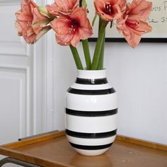 An iconic vase that has already found its way into many design enthusiasts' homes worldwide. The hand-painted black stripes that grace the classic Omaggio vase make every vase unique.