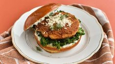 Fiskeburger med tatarsauce   Samvirke Fish And Seafood, Salmon Burgers, Bagel, Sour Cream, Sandwiches, Chicken, Ethnic Recipes, Paninis, Cream