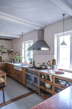 A vintage-looking DeVOL Haberdasher kitchen in a Swedish countryside Cottage - The Nordroom Kitchen Post, New Kitchen, Kitchen Decor, Devol Kitchens, Cornwall Cottages, Old Cottage, Shaker Kitchen, Kitchen Colors, E Design