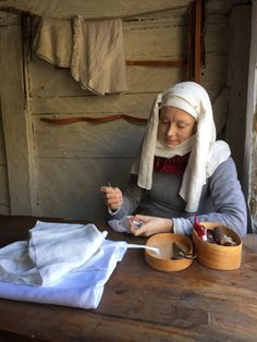 Late 14th century linen seamstress workshop Herjolfsnes-haastemekko / New gown for the Herjolfsnes challenge – Neulakko