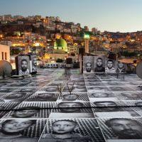 Título de la obra:  INSIDE OUT PROJECT Nombre del autor: JR. Proyecto de arte participativo mundial contra el racismo. Consiste en compartir un retrato y hacer una declaración de lo que representan. http://www.insideoutproject.net./en