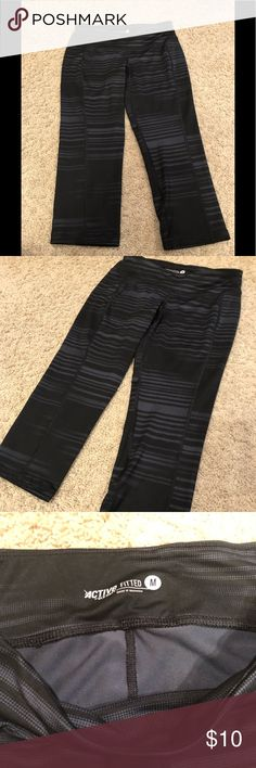 Old Navy exercise capris. NWOT Black with gray stripes. Pants Leggings
