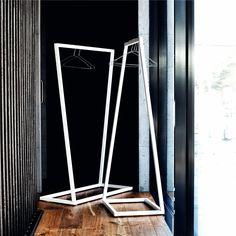 Ook zo'n fan van minimalistische items? Dit Lume rek van BEdesign heeft een eenvoudig én uniek design, perfect voor minimalisme-fans dus! Gebruik het rek als garderoberek voor jouw mooiste kledingstukken óf zet het rek in de hal als staande kapstok.