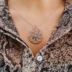 Diese florale Dancing Stone Schmuckkette ist wunderbar geeignet für alle Damen, welche die elegante Form der Lotusblume lieben. Das hochwertige Sterling Silber und die filigranen Konturen verwandeln dieses Accessoires in einen exklusiven Begleiter für besondere Anlässe. Das Schmuckstück wurde mit 85 funkelnden Zirkonia in aufwendigem Diamantschliff veredelt und wird in einem beleuchteten Etui verpackt. Elegant, Form, Dancing, Chain, Silver, Jewelry, Diamond, Silver Chains, Lotus Flower