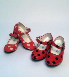 Zapatos de flamenca para disfraz infantil o adulta de sevillana. Disponibles en color rojo con topos negros o con topos rojos. Ideal para combinar con el disfraz infantil de flamencay con las castañuelas infantiles, también disponibles en ZiNGS. Varias tallas. Interior, suela y empeine de plástico.