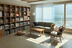집꾸미기 Ghetto House, Bookshelves, Bookcase, Small Living Rooms, House Goals, Humble Abode, Minimalism, New Homes, Interior Design