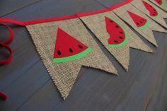 He encontrado este interesante anuncio de Etsy en https://www.etsy.com/es/listing/237534691/watermelon-red-burlap-bunting-banner-for