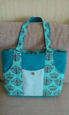 Discover recipes, home ideas, style inspiration and other ideas to try. Denim Tote Bags, Diy Tote Bag, Patchwork Bags, Quilted Bag, Diy Bags Purses, Purses And Handbags, Homemade Bags, Cotton Shopping Bags, Diy Sac