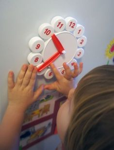 Child can play with Clock, move arrows, learn how to planning the day. Montessori Activities, Preschool Learning, Toddler Activities, Preschool Activities, Baby Learning, Kids Crafts, Preschool Crafts, Bottle Cap Crafts, Plastic Bottle Caps