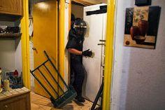 Dos imágenes del desahucio en Madrid encabezan las dos últimas galerías de fotos de The Wall Street Journal