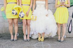 Novia con damas de honor en amarillo