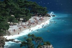 Croatia has great beaches like this one in Brela Croatia Travel Guide, Croatia Tourism, Tourist Center, Beautiful Islands, Beautiful Beaches, Beach Fun, Walking Tour, Where To Go, Places To See
