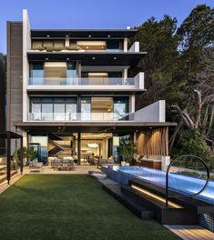 Роскошь, изысканность, чистота и простота современности - вот лишь некоторые из определяющих характеристик прекрасного 5-этажного пентхауса, расположенного в Кейптауне.  Это проект, реализованный талантливыми командами из SAOTA в сотрудничестве со студиями ARRCC и ОХА. Villa Design, House Design, Amazing Architecture, Interior Architecture, Villas, Round Pool, Home Automation System, Pent House, Terrace