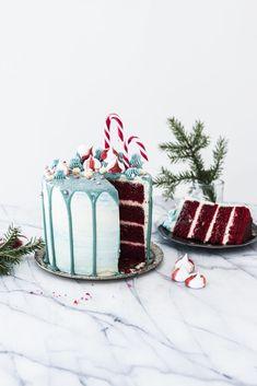 Tässä kakussa on oikeaa joulun taikaa kaikilla herkuilla. Käytä luovuutta ja koristele tämä näyttävä joulutäytekakku lempikarkeillasi, marengeilla, nonparelleilla ja näyttävillä pursotuksilla! Mehevä Red Velvet -kakkupohja valmistuu helposti ilman sähkövatkainta. #joulureseptit #makeatreseptit #joulukakku #kakkujenkoristelu #kakkutaide #ruokakuvaus #ruokavalokuvaaja #cakes #cakedecoration Tiramisu, Red Velvet, Sweets, Cake, Ethnic Recipes, Desserts, Food, Tailgate Desserts, Deserts