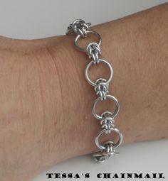 Byzantijnse chainmail armband met grote ring zilverkleurig. Handgemaakt. Chainmaille. Lichtgewicht. Stijlvol. Chain mail. Tessas chainmail by TessasChainmail on Etsy