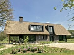 wonen 55 - Bekhuis & KleinJan Thatched House, Thatched Roof, Building A Wooden House, Luxury Homes Dream Houses, Lake Cabins, Villa, Pent House, My Dream Home, Home Interior Design