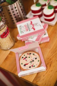 Modern Italian Little Chef Pizza Party: cookies put into tiny 'pizza' boxes
