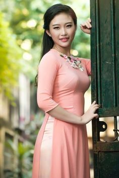 Vietnamese Traditional Dress, Traditional Dresses, Ao Dai, Cool Pictures, Dresses With Sleeves, Long Sleeve, Chinese, Fashion, Moda