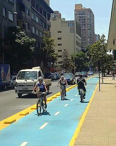 Protected bikelane in Santiago, Chile. Click image to tweet and visit the slowottawa.ca boards >> https://www.pinterest.com/slowottawa/