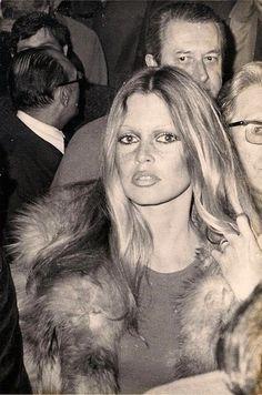 la modella mafia Brigitte Bardot model off duty street style in a tee and fur