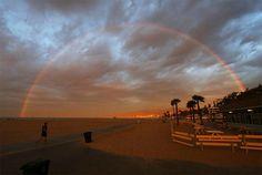 Un arcoíris aparece sobre la playa de Santa Monica, California, EEUU (Reed Saxon, 2016)