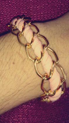 Pulsera rosa con cadenas