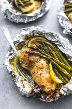 Simple lemon chicken & asparagus foil packs are an easy and incredibly delicious. Simple lemon chicken & asparagus foil packs are an easy and incredibly delicious meal you can either grill, or bake any time of the… Foil Packet Dinners, Foil Pack Meals, Foil Dinners, Easy Dinners, Foil Packet Recipes, Easy Dinner Meals, Toddler Dinners, Toddler Lunches, Plats Healthy