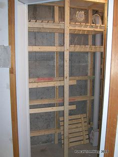 Cold Storage Room in Basement or USA Cold-Storage Unit - Build Vegetable Bins and Food Storage Shelves. Do it yourself a Walk In Cold room. Framing and ventilation system. Ideas to store garden vegetables. Storage Room Organization, Hallway Storage, Storage Ideas, Shelving Ideas, Vegetable Storage, Garden Tool Storage, Conservation, Homestead House, Canned Food Storage
