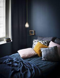 Yönsininen makuuhuoneen sisustus vie unten maille