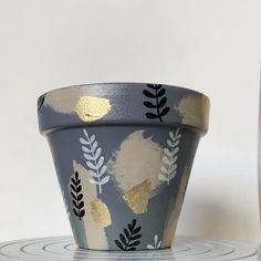 Terracotta Plant Pots, Painted Plant Pots, Painted Flower Pots, Painting Terracotta Pots, Flower Pot Art, Flower Pot Design, Bottle Painting, Bottle Art, Decorated Flower Pots