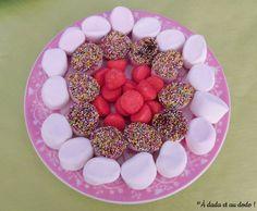 Présentation de la table d'anniversaire sur le thème de l'arc-en-ciel. Rose, Breakfast, Kitchens, Morning Coffee, Pink, Roses