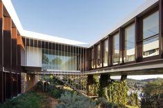 Casa Prefabbricata BF House di OAB & ADI: particolare del cortile interno