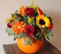 Egy+kifaragott+tök+vázaként+is+funkcionálhat,+természetesen+őszi+virágokkal.