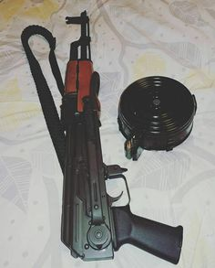Weapons Guns, Guns And Ammo, Fille Gangsta, Baby Tumblr, Freaky Relationship Goals Videos, Military Guns, Apple Wallpaper, Fantasy Weapons, Pictures To Draw