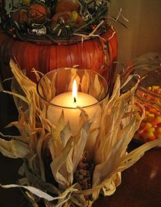 DIY: Easy Pottery Barn Inspired Fall Candle - Small ears of Indian corn and the husks are wrapped around a glass candle jar with twine. So festive for the fall holidays! Pottery Barn Inspired, Autumn Decorating, Decorating Ideas, Decorating Candles, Fall Candles, Cute Candles, Diy Candles, Fall Projects, Diy Projects