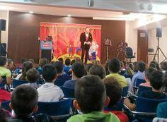 El mago y pedagogo británico Cliff introduce a los escolares la lengua inglesa en su espectáculo