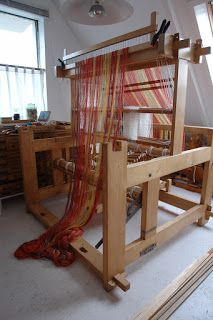 Note: the raddle clamped to the top of the loom