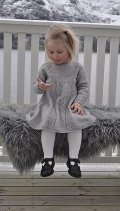 knit little gown 🔆 grey grey knit wool wool gown sturdy little one child little one little woman little woman / kjole med hullmønster og falske fletter. Baby Knitting Patterns, Knitting For Kids, Knit Baby Sweaters, Knitted Baby Clothes, Baby Barn, Knit Baby Dress, Clothes Crafts, Doll Clothes Patterns, Little Girl Dresses